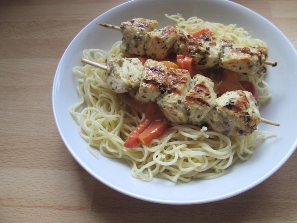 Brochettes au poulet et spaghetti
